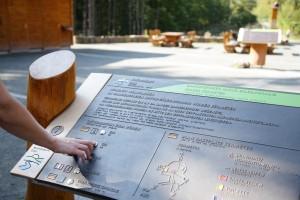 Informationsmodul mit Hörstation, Erhabener- und Brail_le-Schrift (c) Nat...