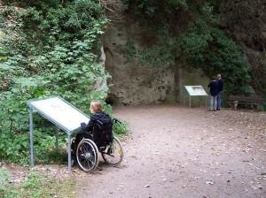 Kakushöhle_Rolli_Tafeln_Rundweg (c) Naturp_ark Nordeifel e.V.