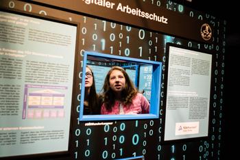 """Ein Exponat zum Projekt """"Digitaler Arbeitsschutz"""" von Slow Media Institut und TÜV Rheinland war im Jahr 2014 auch auf der MS Wissenschaft zu sehen, dem Ausstellungsschiff des Bundesministeriums für Bildung und Forschung"""