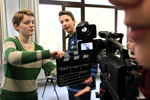 Jugendliche beim Filmdreh im JuMP-Feriencamp. Ideen und Drehbuch entwickeln die Jungen und Mädchen unter medienpädagogischer Hilfestellung selbst. (c) Haus Neuland e.V.