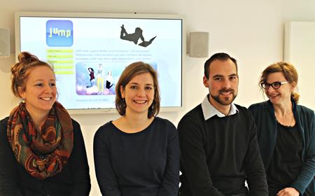 Hier ist das JuMP-Team im JuMP-Medienzentrum zu sehen. Vlnr.: Johanna Gesing, pädagogische Mitarbeiterin, Julia Behr Medienpädagogin und Leiterin des Projekts, Michael Conze, IT- und Datenschutzverantwortlicher sowie Anja Valentien, Referentin für Öffentlichkeit und Online-Journalistin. (c) Haus Neuland e.V.